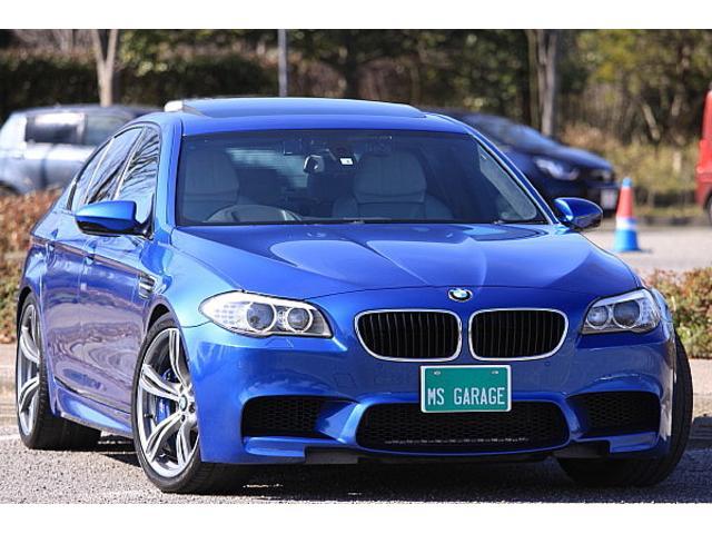 BMW M5 4.4 V8ツインターボ コンフォートアクセス トランクリッドスマートオープナー チルト付ガラスサンルーフ