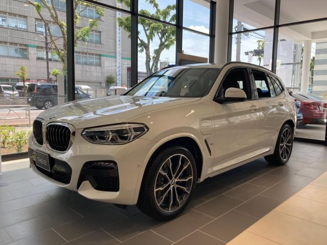 BMW xDrive30eMスポエディションジョイ+ハイラP ハイラインパッケージ 20インチMアロイホイール アンビエントライト リアシートバックレスト ランバーサポート リアシートヒーティング モカレザー ポプラグレーファインウッドインテリアトリム