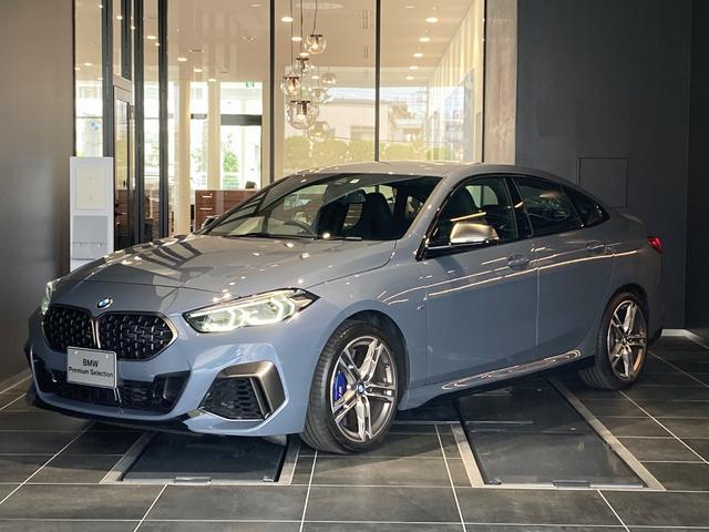 BMW M235i xDriveグランクーペ インディビジュアルカラー 黒革電動シート フロントシートヒーティング iDriveナビパッケージ ACC ワイヤレス充電 Mスポーツブレーキ パーキングアシスト アンビエントライト 弊社デモカー 禁煙