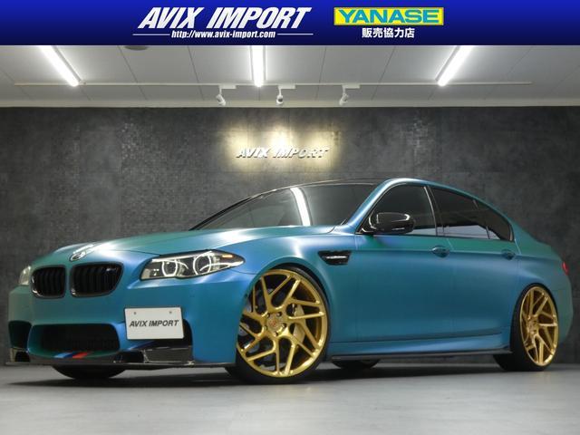 BMW M5 マジョーラブルーラッピング ヴォルシュタイナ&3Dデザインカーボンエアロ AKRAPOVIC4本出 VOSSEN22AW カーボンブレーキ KW車高調Ver.3 ディスプレイ付ステ h/k 禁煙 黒革
