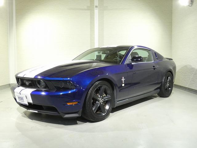 フォード V8 GT プレミアム 正規ディーラー車 ブラックレザー キセノンヘッドライト レーシングツインストライプ 社外スポーツマフラー ノーマルマフラーあり ダウンサス メモリーナビ地デジワンセグTV ETC キーレスエントリー