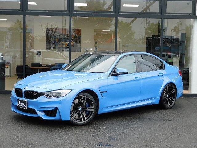 BMW M3 M3 白革電動シートSOSハーマンカードンLEDヘッドライトCD/DVDヘッドアップディスプレイUSBコンフォートアクセス社外レーダー19インチアルミホイールAUXカーボントリムLIM
