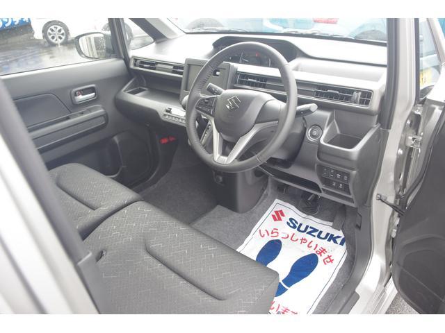 運転席と助手席は行き来がしやすいベンチシート採用☆