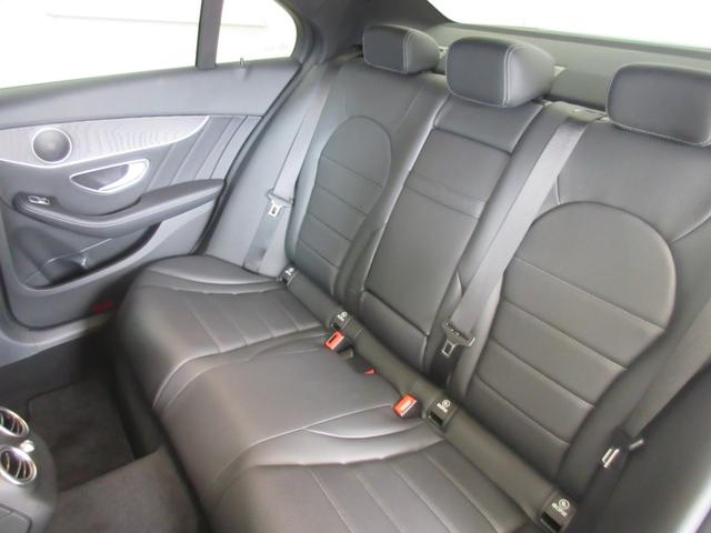 後部座席は大人が乗車しても窮屈さを感じないほどの空間は足元も広々しており快適です♪