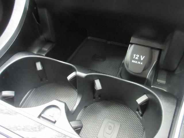 ドリンクホルダーのフタを開けると12V電源とカップホルダーにはカップを押さえるツメが付いています!