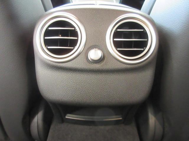 リアシートに乗る方にうれしい後部座席のエアコンが付いているので快適に過ごせます♪