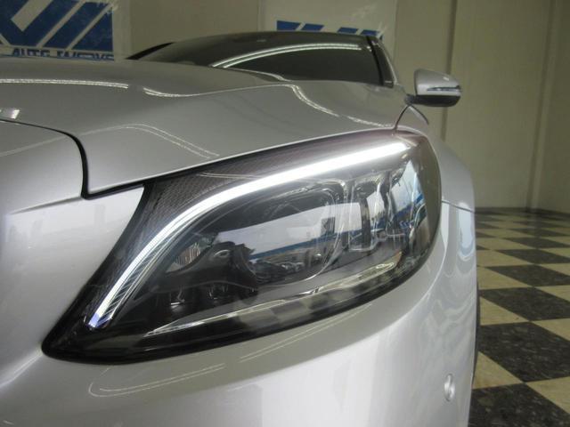 太陽光に限りなく近い蒼白色のLED光は前方の路面をより鮮明に映し出し、バイキセノンランプの約5倍となる高寿命LEDヘッドライトで、安全運転を支える良好な視界を!