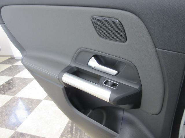B200d AMGレザーエクスクルーシブパッケージ 赤/黒本革シート 本革ステアリング パノラミックスライディングルーフ カーボン調インテリア 10スピーカー ヘッドアップディスプレイ 64色アンビエントライト レーダーセーフティパッケージ(27枚目)