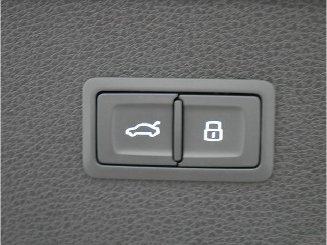 オートマチックテールゲート。バーチャルペダル付で、両手がふさがっていてもリヤゲートの開閉が可能です。