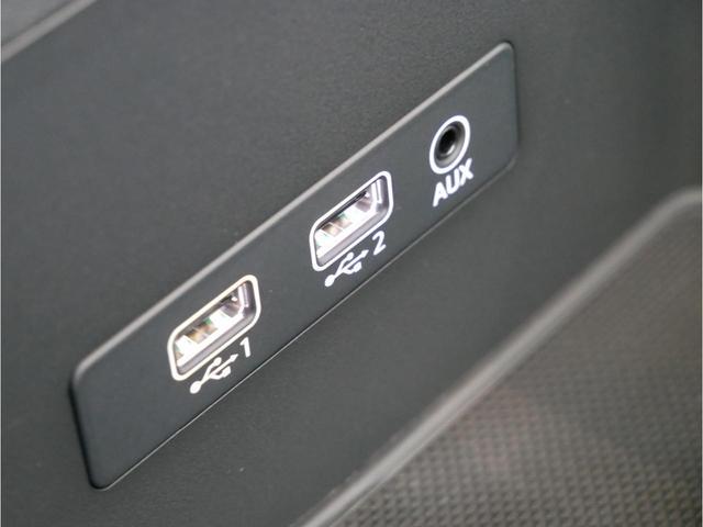 アームレスト下部の小物入れに、USB/AUX端子がございます。