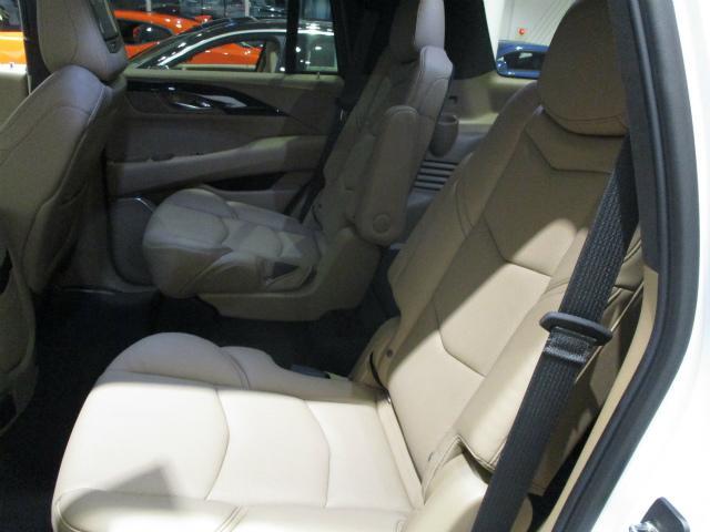 セカンドシートはシートヒーター、パワーフォールディング機能付