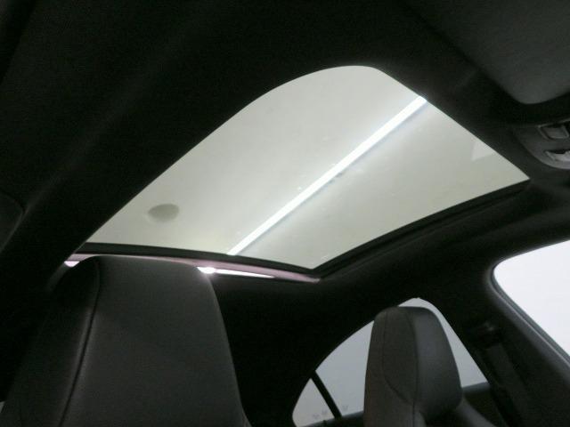 ◆パノラミックスライディングルーフ/ガラスルーフが、前席と後席にひときわの明るさと開放感をもたらします/ワンタッチ開閉機能のほか後端がポップアップできます/挟み込み防止機能◆
