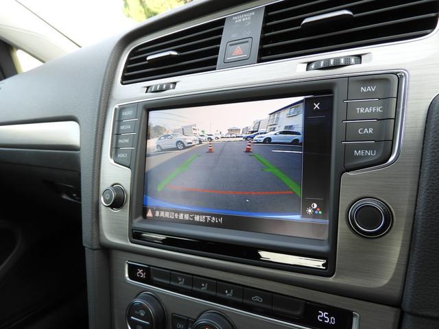 ■バックカメラ(エンブレムタイプ) リアの「VW」エンブレムの内部にバックカメラを装備。バックギアに切り替えるとリアのエンブエムが開き、バックカメラが出てきます。