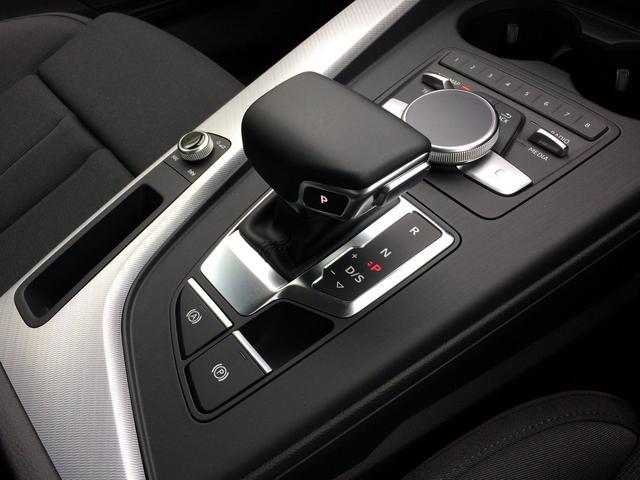インテリア Audiクオリティで高められた先進的なデザインがあらゆる細部に見てとれます。人間工学の視点から生み出されたレイアウトによって、直観的な操作が可能。快適なドライビングを提供します。