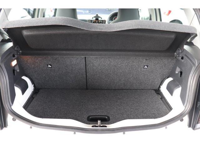 ラゲッジスペースは底に板があり、それを外すと更に広いスペースを使用することが可能です!もちろん、後部座席を倒し大きな荷物を載せることもできます。