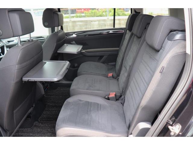 2列目は3人がけのシートになっております!大人の方が乗っても、不自由のない空間になっており、後部座席用のエアコン吹き出し口もございます!