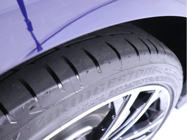 専用アルミホイールは車種・グレードごとに設定されており、デザインにすっきりとマッチした印象です。