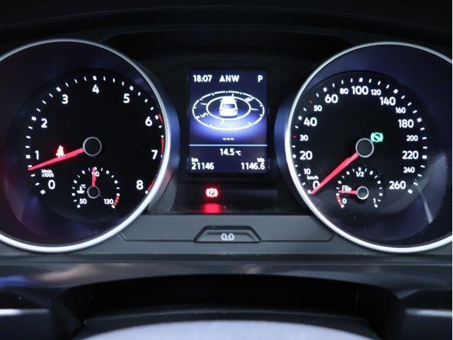 「マルチファンクションインジケーター」には時刻、瞬間/平均燃費、走行距離、平均速度、運転時間、外気温度、メニュー機能を表示することができます。