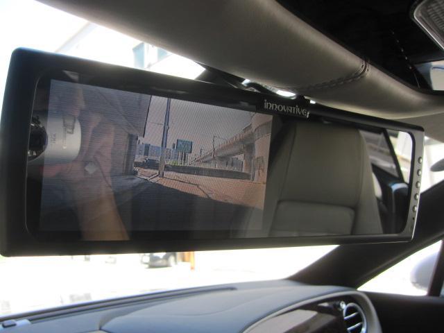バックカメラの映像をミラーモニターに映しています