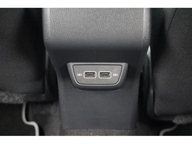 後部座席もUSBケーブル接続可能です。