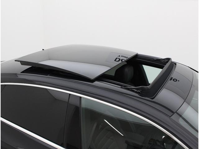 前席から後席まで続く大きな開口部が、室内に心地よい光と風、そして開放感をもたらします。