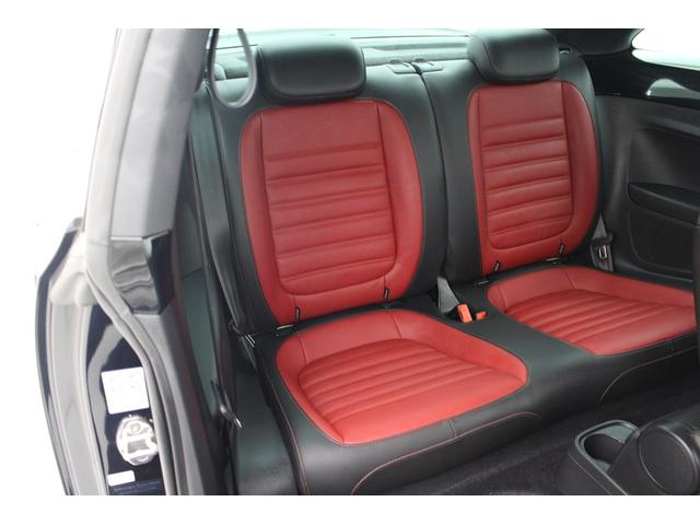 丸くて独特なデザインのビートルですが、 後部座席もしっかりと座ることができ、実用性がございます。