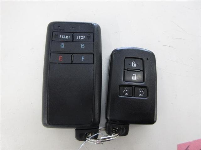 キーをバッグやポケットから出さずに、ドアハンドルで施錠・解錠ができるスマートエントリーです(パワードアコントロール付)
