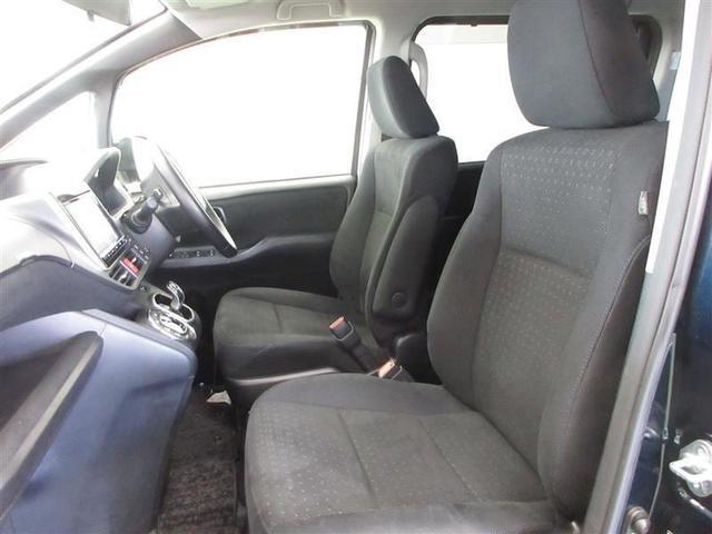 アームレストも付いでロングドライブも快適です。運転席は6ウェイ、助手席は4ウェイの調整が可能です。