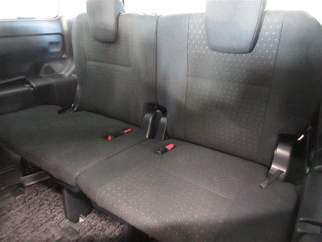 大人がゆったり座れるように設計されたサードシート。シートの下の空間に荷物を置くことができます。