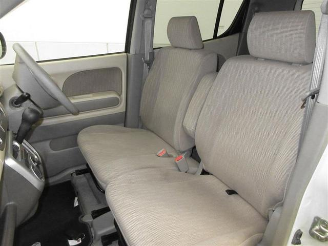 アームレストも付きロングドライブも快適、左右への移動も楽なベンチシートです。