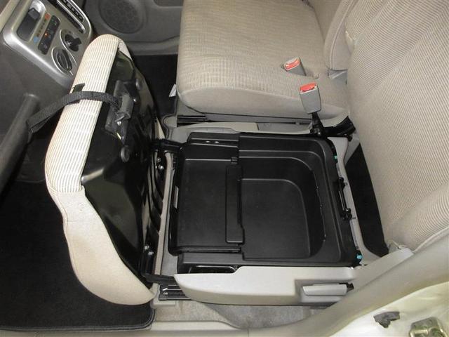 助手席シート座面下には、着脱式トレイ型の収納スペースがあります。