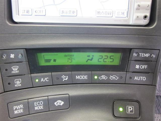 温度設定だけで後は自動制御のフルオートエアコン。電動コンプレッサー採用で、エンジン停止時にも冷房能力を維持します。
