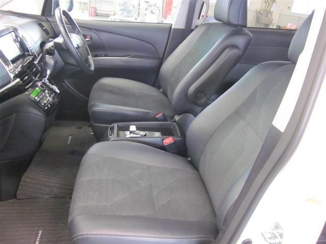 ロングドライブも快適なアームレスト付。運転席は8ウェイ、助手席は4ウェイの調整が可能です。