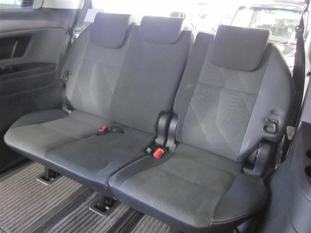 床下に簡単に収納できるサードシート。リクライニング可能で座面の厚さもたっぷり、高級ミニバンらしい乗り心地とゆとりです。
