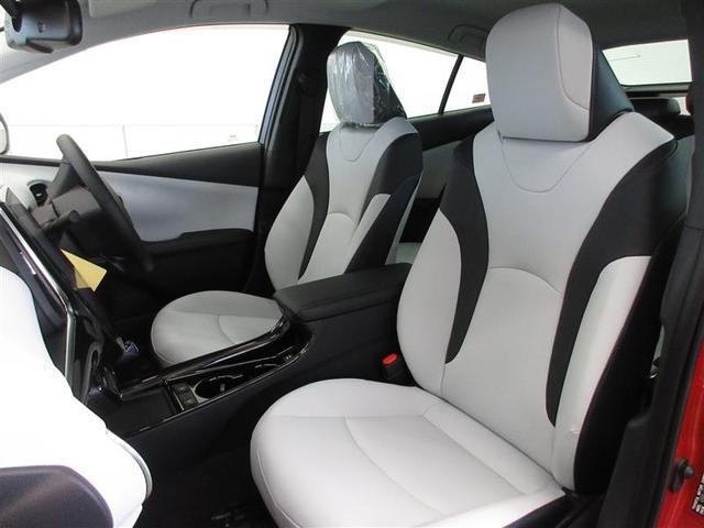 合皮のシートは特殊顔料塗料使用で夏の温度上昇を抑え、冬は快適温熱シートが心地よく温めます。