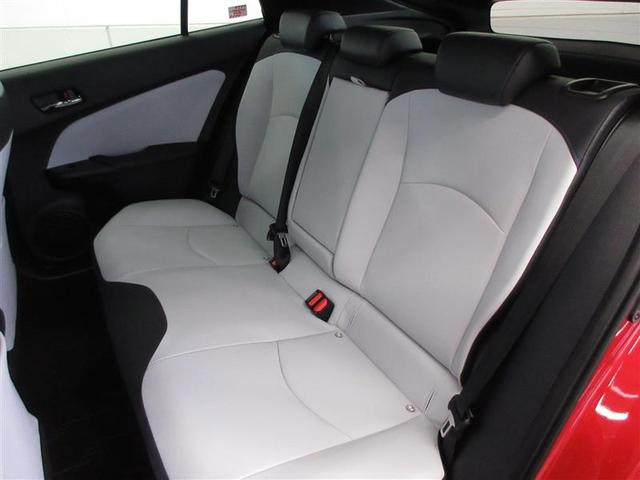 天井形状にくぼみをつけるなど形を工夫することで、後部座席も運転席と同じくらいゆとりある頭上空間を確保しています。