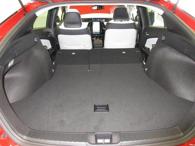 シート肩口のレバーを引いてそのままシートバックを前倒しすれば、1アクションでワイドなスペースが出現。