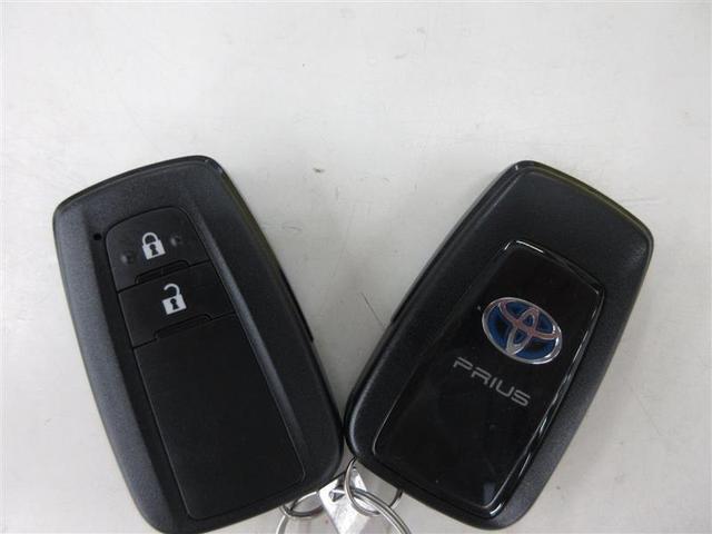 ドアハンドルを軽く握るだけでドアを解錠、ドアハンドルセンサーのタッチで施錠できる、スマートエントリー。