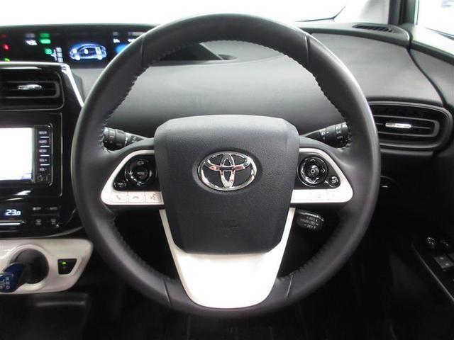 合皮巻きステアリングは顔料塗料で夏季の熱さを抑えました。安全運転に役立つステアリングスイッチ付。