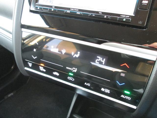 タッチパネル式フルオートエアコンです。ミラーヒーターも装備しております。