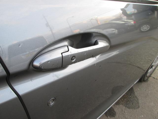 スマートキーを装備しております。スマートキーの特徴の1つですが、ドアノブにボタンが付いており、キーがお車の近くにあれば、ドアノブを握るだけでカギが開き、ボタンを押すだけでカギ閉めができます!