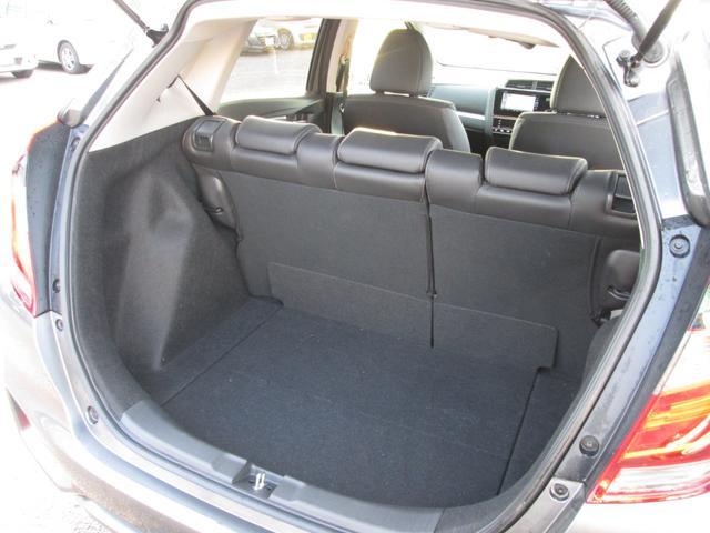後席のシートは、倒すとフラットになります!また、後席は跳ね上げもできますので、背の高いお荷物も積めます。様々な使い方ができそうですね!