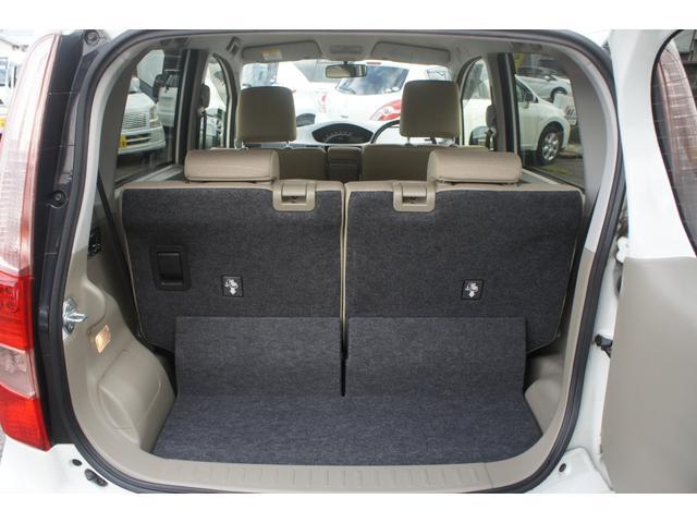 リアシート分割可倒式で、シートを倒せば大きな荷物も収納できます。
