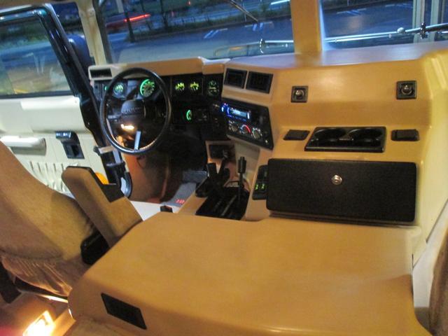 運転席というよりも操縦席という表現がピッタリのドライバーズシート!男心を擽るアイテムが盛り沢山!