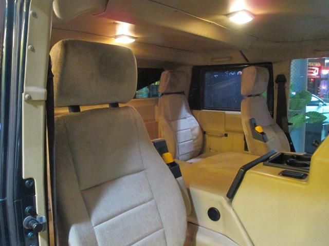 この広い室内空間に4人の乗車定員!なんて贅沢空間なんでしょう!これぞ贅沢なH1の醍醐味!