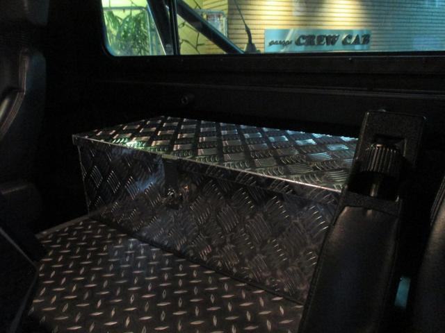 センターフロアにはシマ板加工。リアラゲッジにセーフティーBOX完備で御座います。