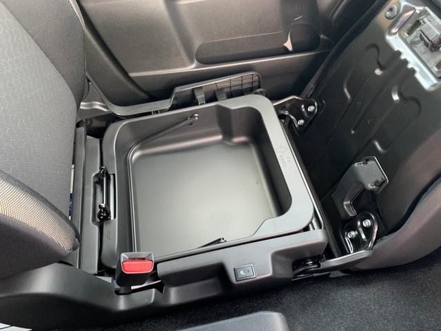 ちょっとした濡れものも入れられる助手席シートアンダーボックス。これは便利です。