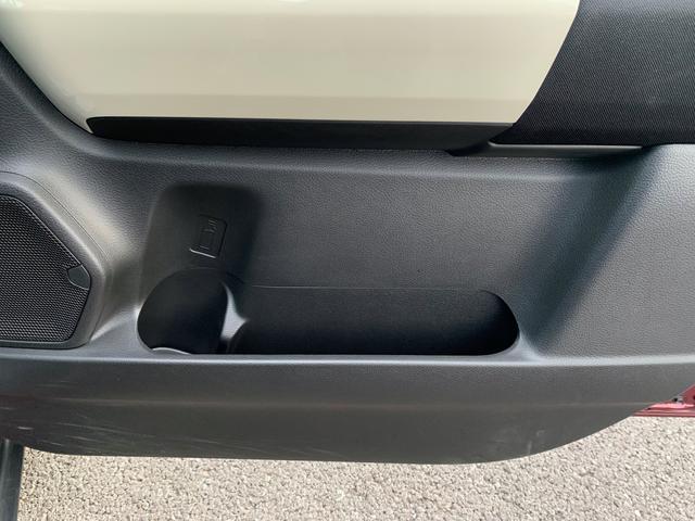 ペットボトルフォルダー付きの大型ドアポケットは、使い勝手抜群です。