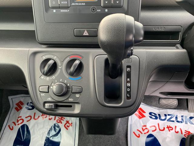 手が届きやすく操作しやすい位置にシフトレバーがあります。マニアルエアコンもすっきりとしたデザインで使いやすさ抜群です。