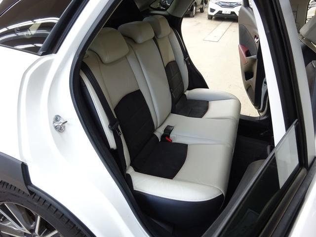 ■ 右後席 ■ 運転席側後ろのドアを開けて見た2列シートです。